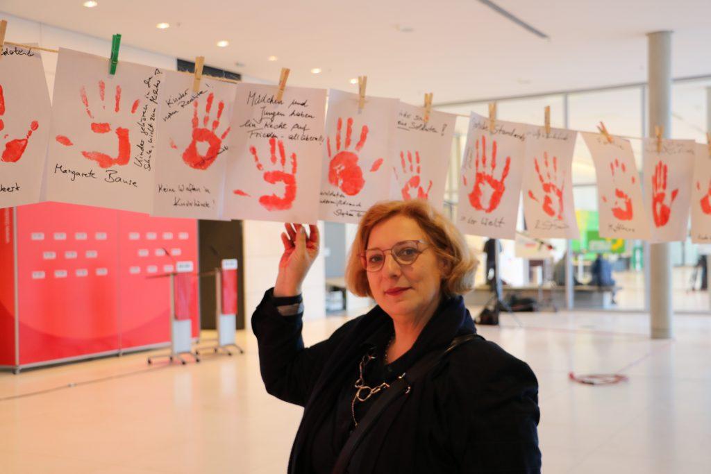 Dr. Daniela De Ridder beim Red Hand Day 2019