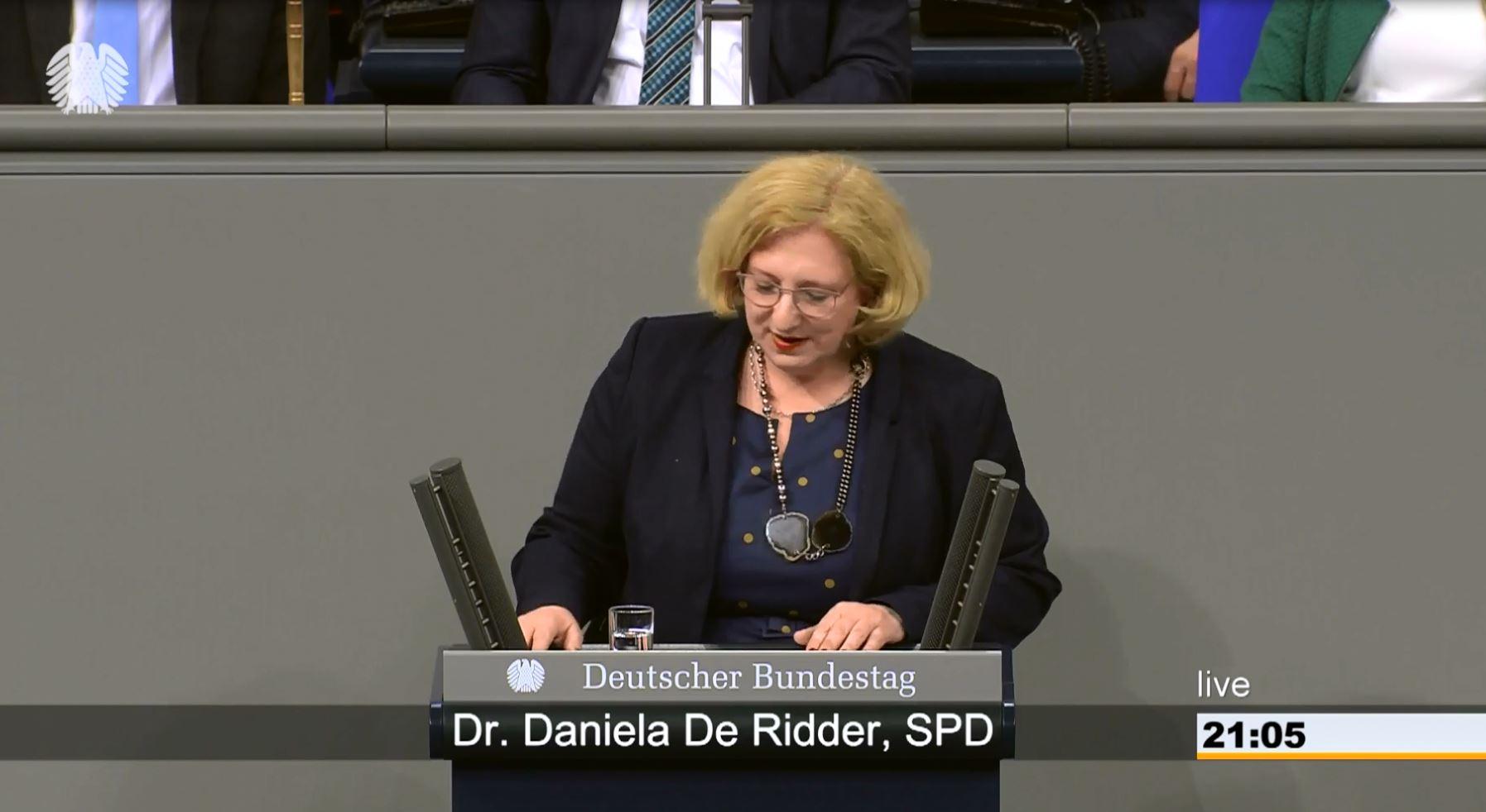 Dr. Daniela De Ridder spricht im Plenum zum Fall Billy Six
