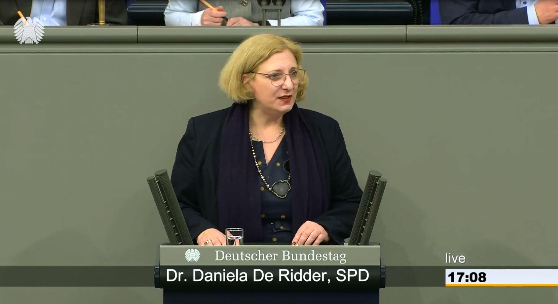 Dr. Daniela De Ridder spricht im Plenum zur Operation Sea Guardian