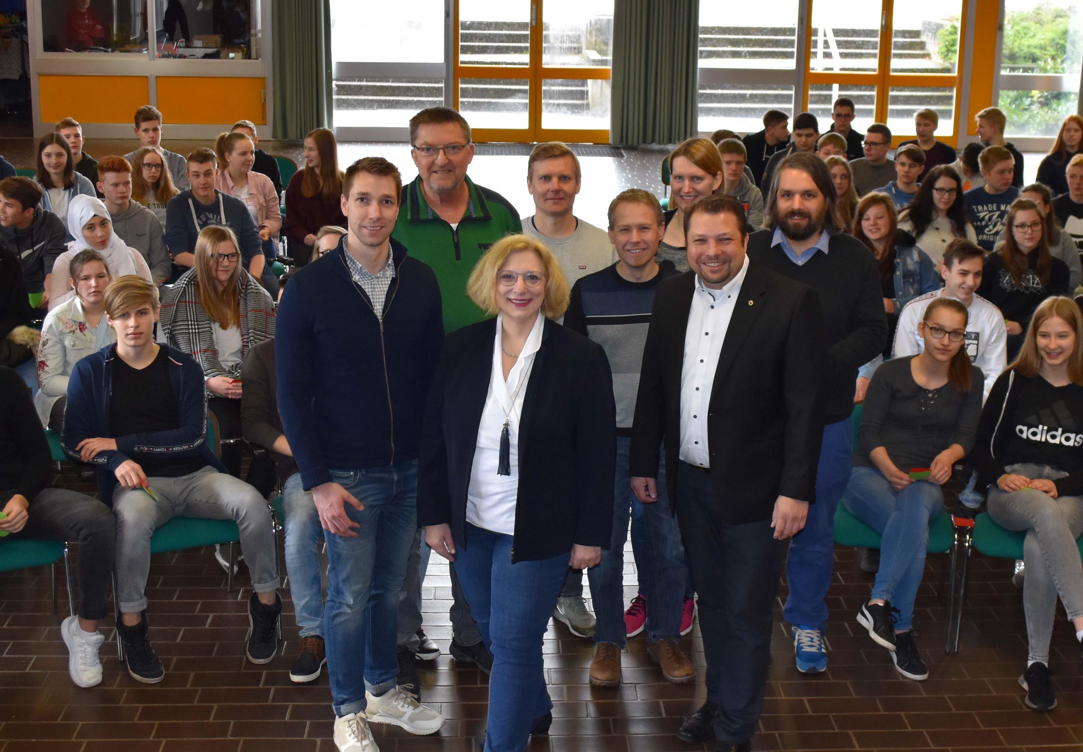 V.l.n.r.: Philipp Schrader, Dr. Daniela De Ridder und Schulleiter Karsten Bittigau