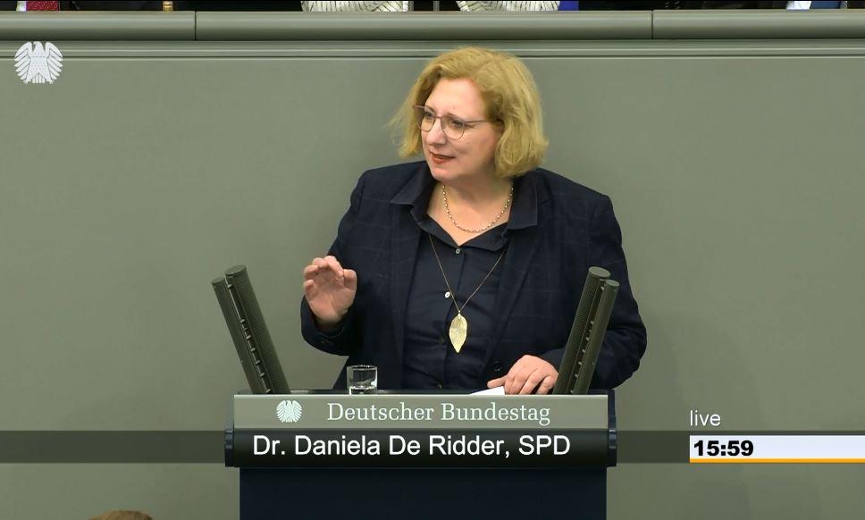 Dr. Daniela De Ridder spricht im Plenum zum Rüstungsexportstopp an die im Jemenkrieg beteiligten Parteien