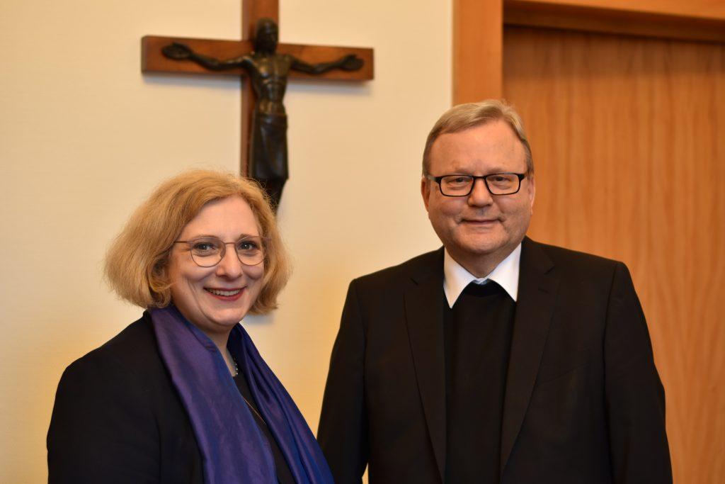 Dr. Daniela De Ridder im Dialog mit Bischof Franz-Josef Bode
