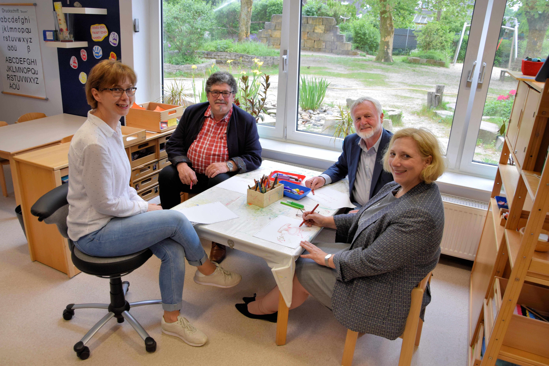 V.l.n.r: Irina Nazarenus (stellvertretende KiTa-Leiterin) ,Georg Dirks, Friedhelm Wolski-Prenger und Dr. Daniela De Ridder