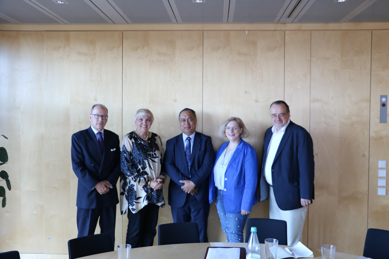 V.l.n.r.: Rupert Holborow, Claudia Roth, Aunese Makoi Simati und Dr. Daniela De Ridder