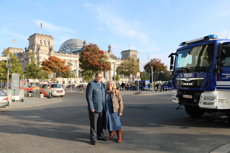 Dirk Herzog und Dr. Daniela De Ridder vor dem Deutschen Bundestag