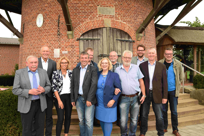 Dr. Daniela De Ridder und Johann Saathoff im Gespräch mit Vertretern der Lokalpolitik und der Wirtschaft an der Windmühle in Georgsdorf