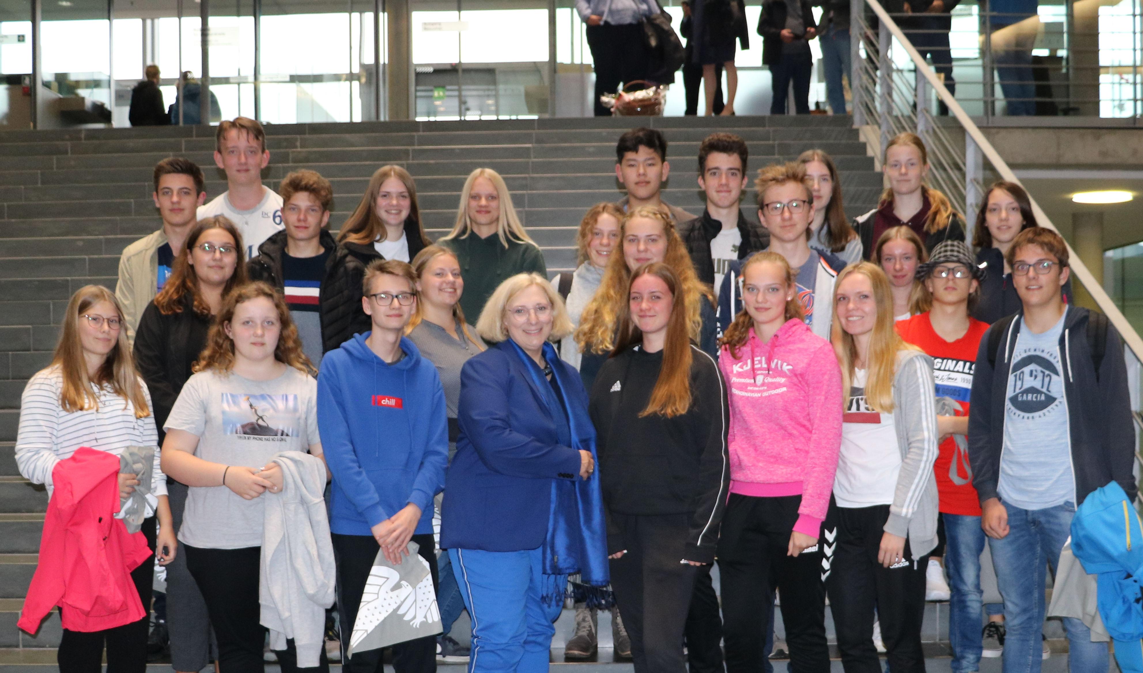Dr. Daniela De Ridder und eine Schulklasse des Lise-Meitner-Gymnasiums