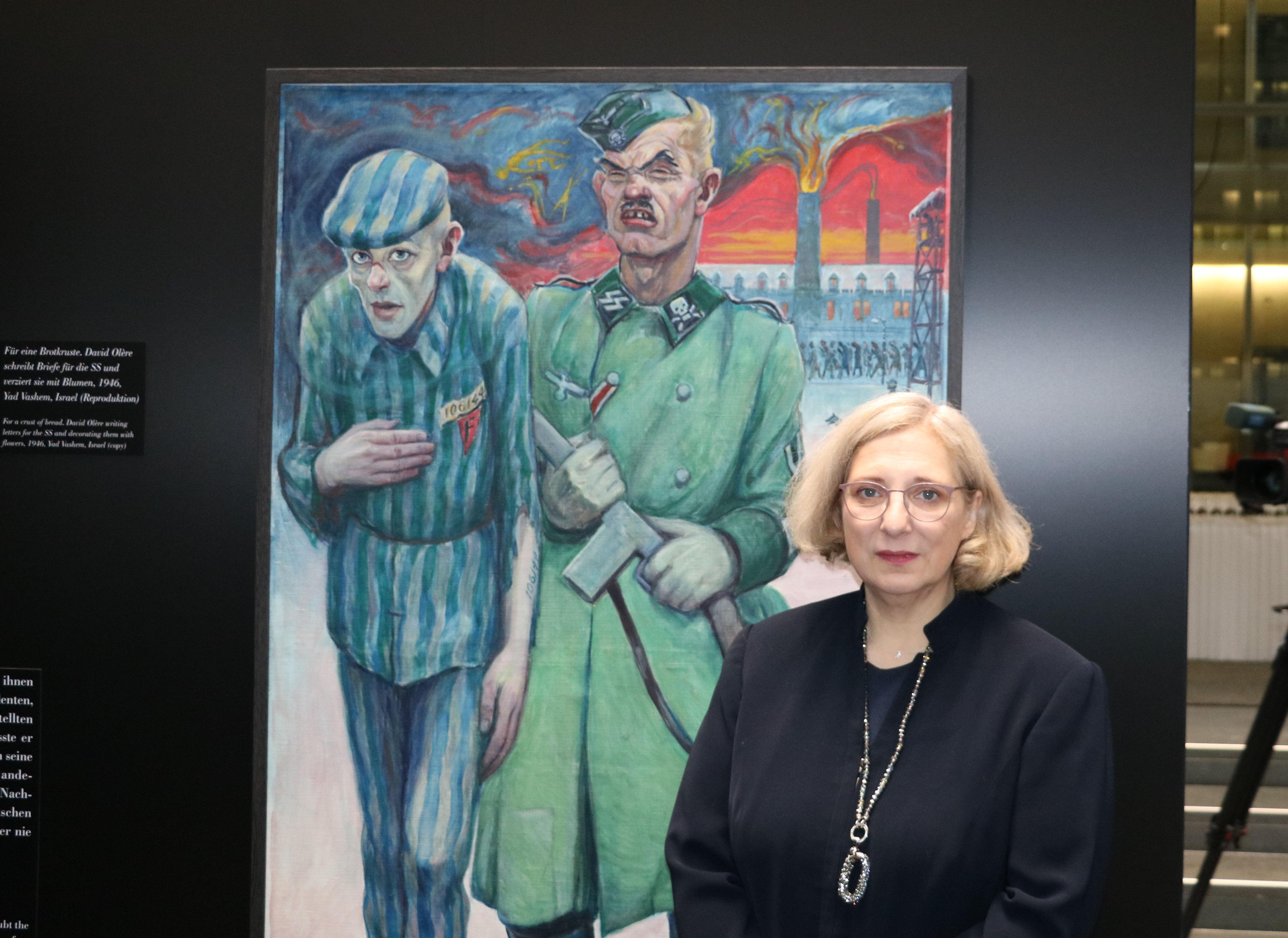 Dr. Daniela De Ridder bei der Ausstellungseröffnung zu David Olères Werken