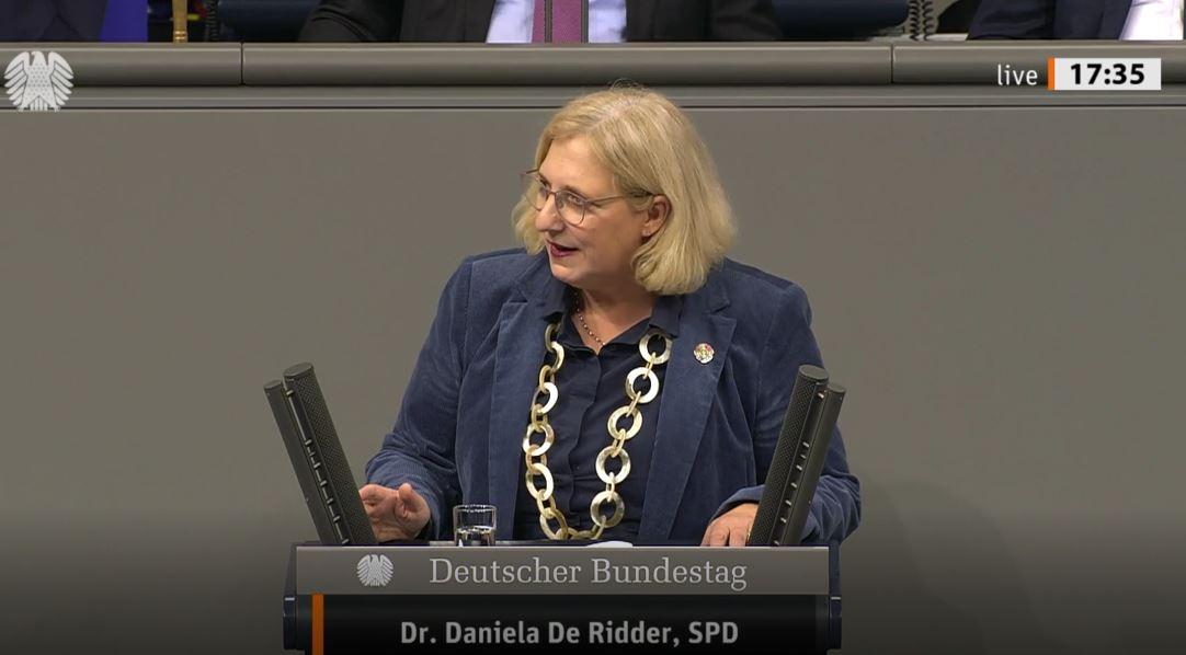 Dr. Daniela De Ridder spricht im Plenum gegen die Anträge der AfD und Linken