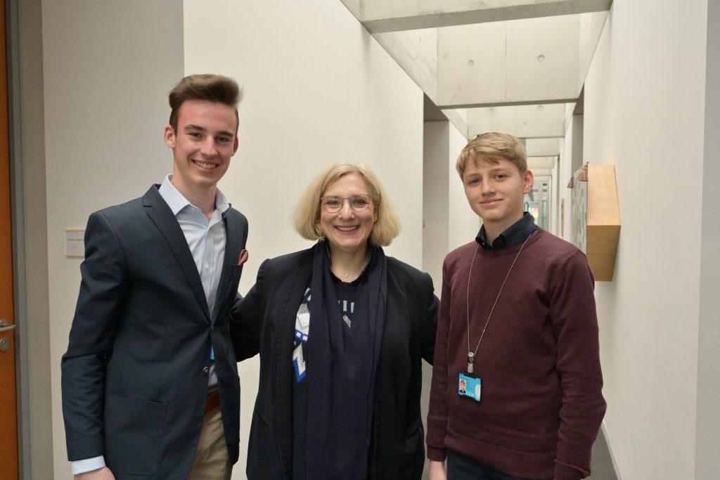 Julius und Tilman zu Besuch im Bundestagsbüro von Dr. Daniela De Ridder