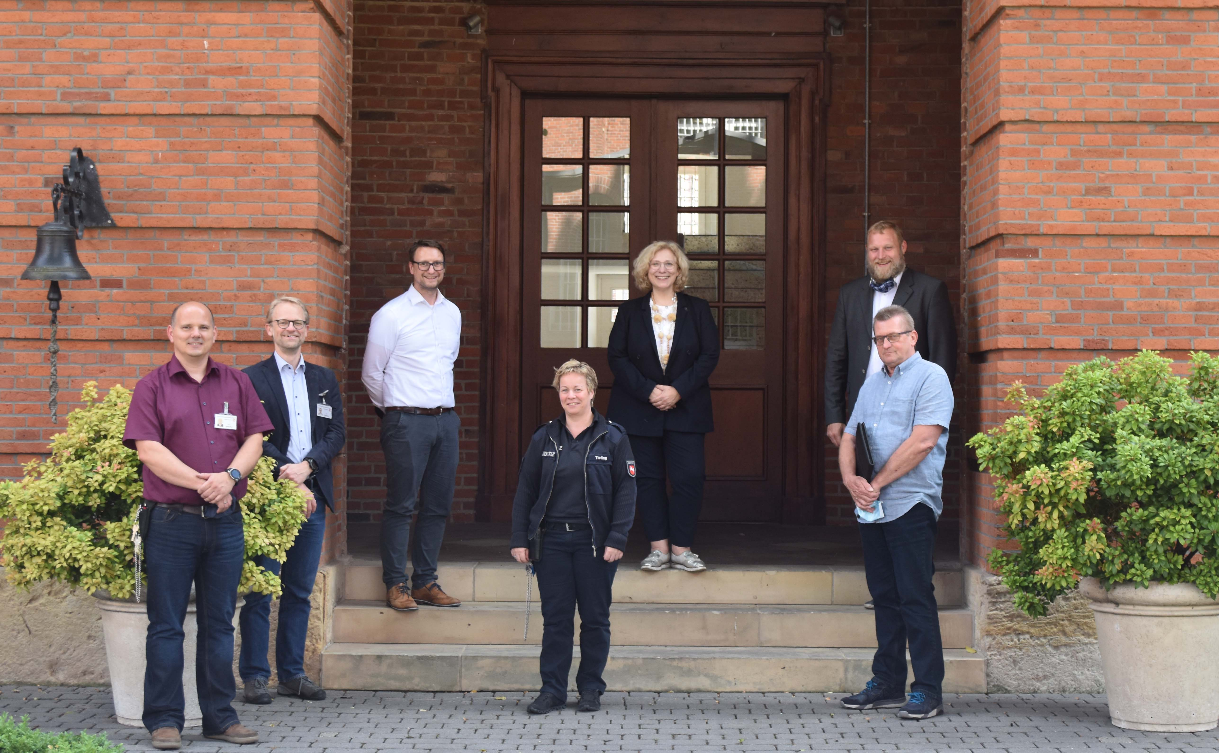 V.l.n.r.: Markus Hölscher (Fachbereichsleiter Personal JVA Lingen), Mathias Hinghaus (stv. Anstaltsleiter), Meik Portmann (Anstaltsleiter JVA Lingen),  Antje Tieding (Vorsitzende des Personalrats),  Dr. Daniela De Ridder (MdB), Ulf Prange (MdL), Georg Thole (SPD-Ortsverein Lingen)