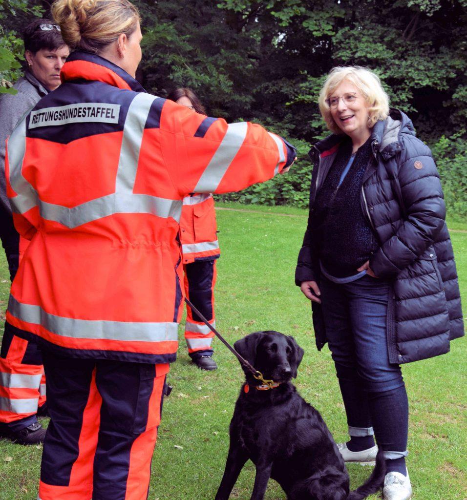 Dr. Daniela De Ridder im Gespräch mit Mitgliedern der Rettungshundestaffel