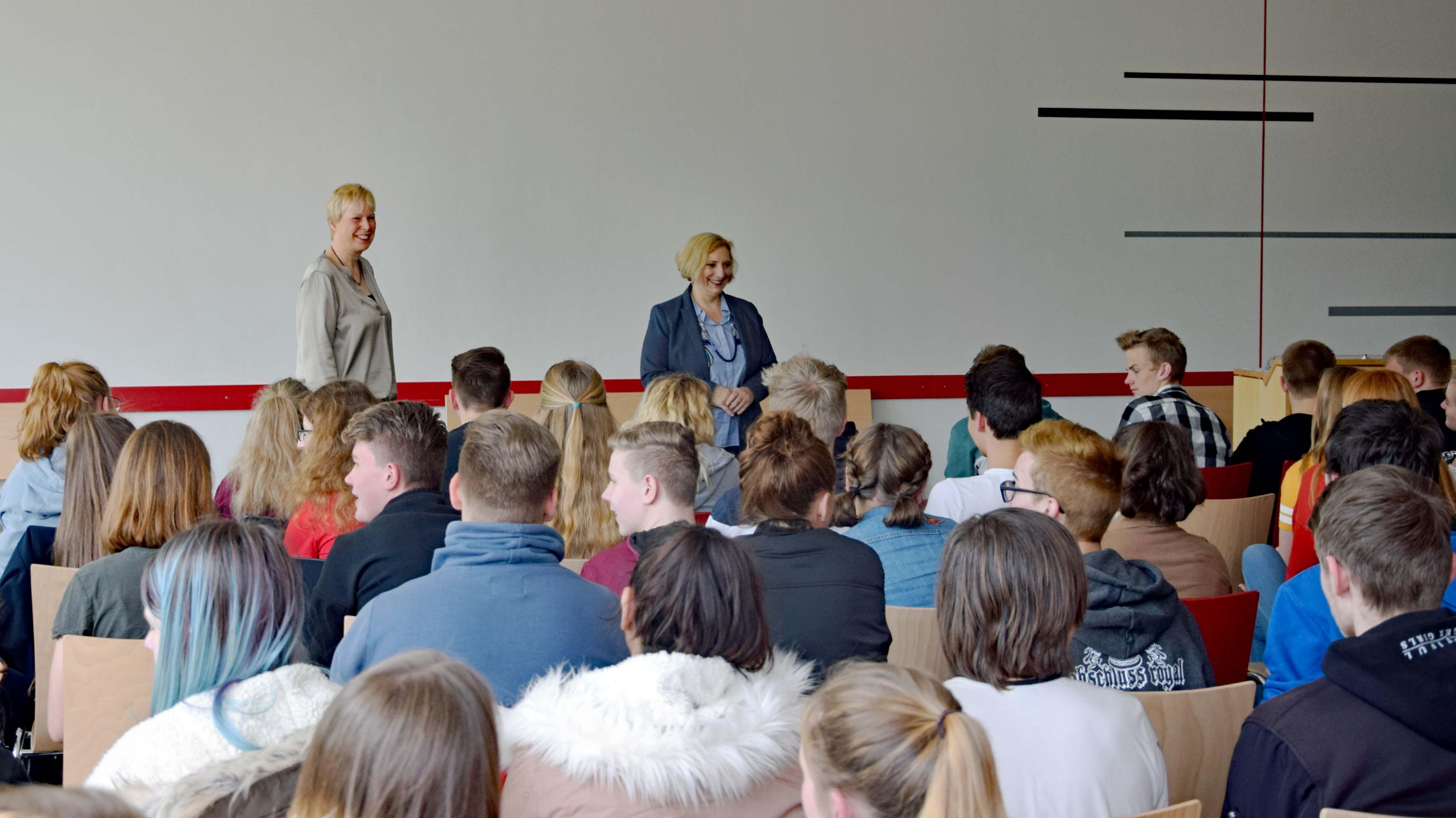 Dr. Daniela De Ridder bei der Diskussion mit den Schülerinnen und Schülern der Wilhelm-Staehle-Schule