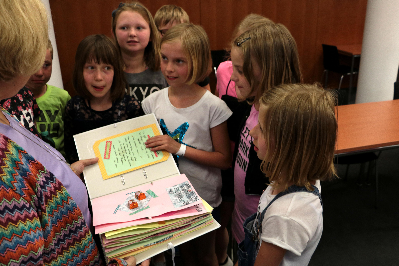 Dr. Daniela De Ridder erhält Geschenk der Grundschulklasse aus Georgsdorf