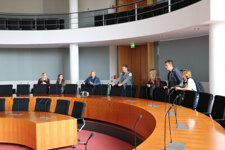 Dr. Daniela De Ridder zeigt Ausschusssaal