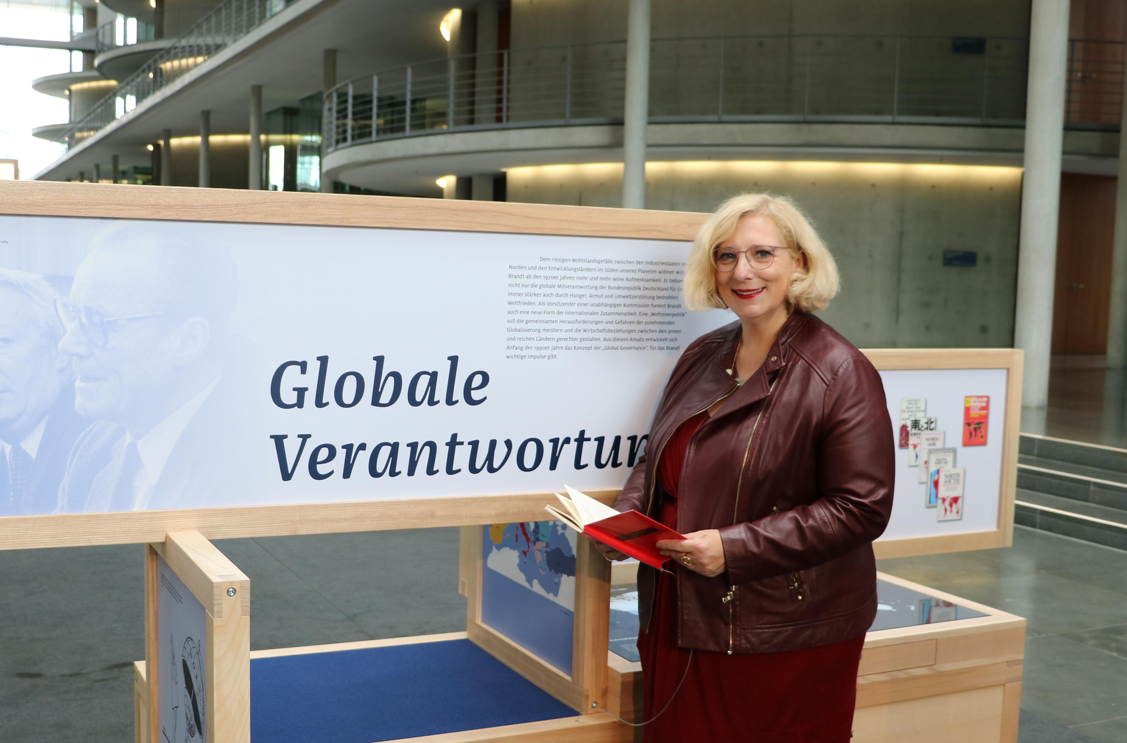 Dr. Daniela De Ridder bei der Ausstellung zum 50. Jubiläum der Vereidigung Willy Brandts