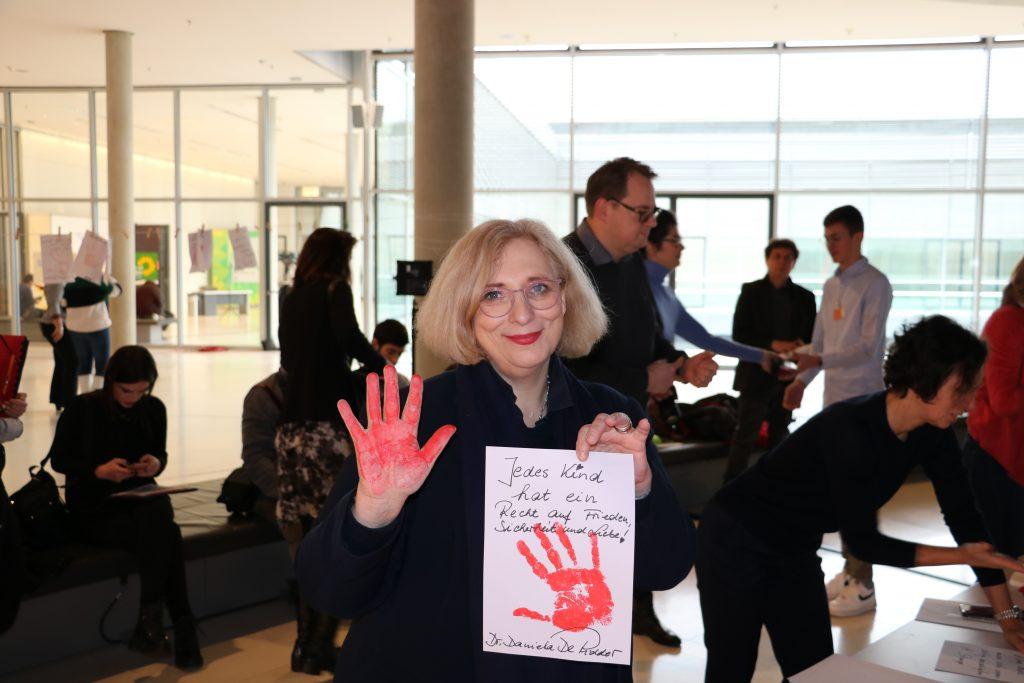 Dr. Daniela De Ridder beim red Hand Day 2020
