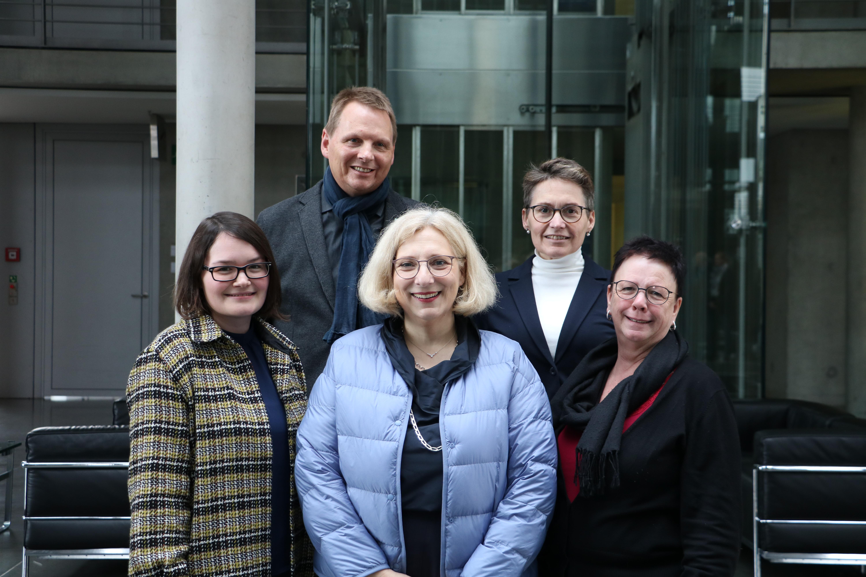 Dr. Daniela De Ridder und Gäste der Evangelischen Erwachsenenbildung