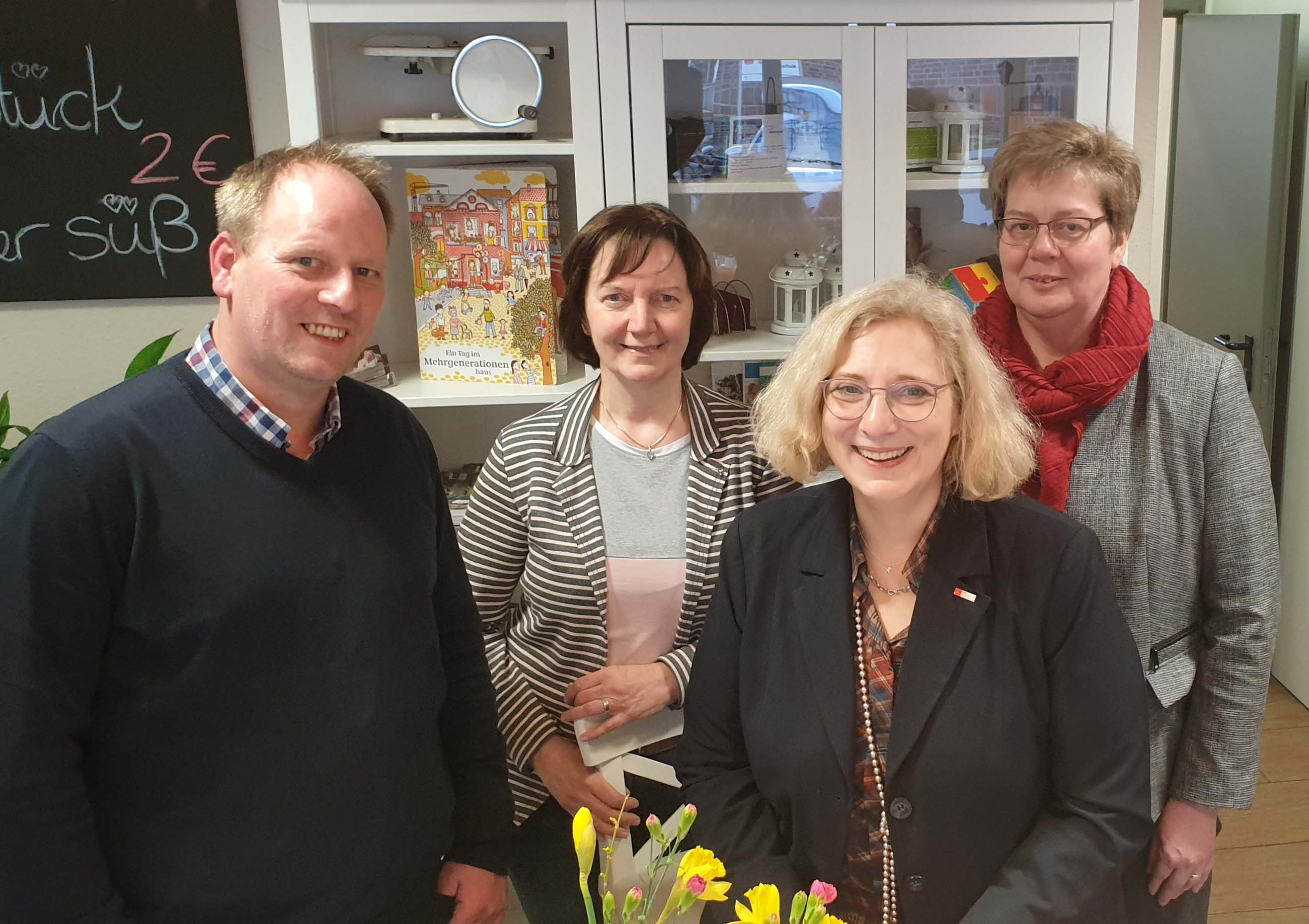 Dr. Daniela De Ridder zu Besuch im Mehrgenerationenhaus in Lingen. Dort kam sie mit rank Lüßling, Gisela Bolmer und Marita Theilen ins Gespräch.