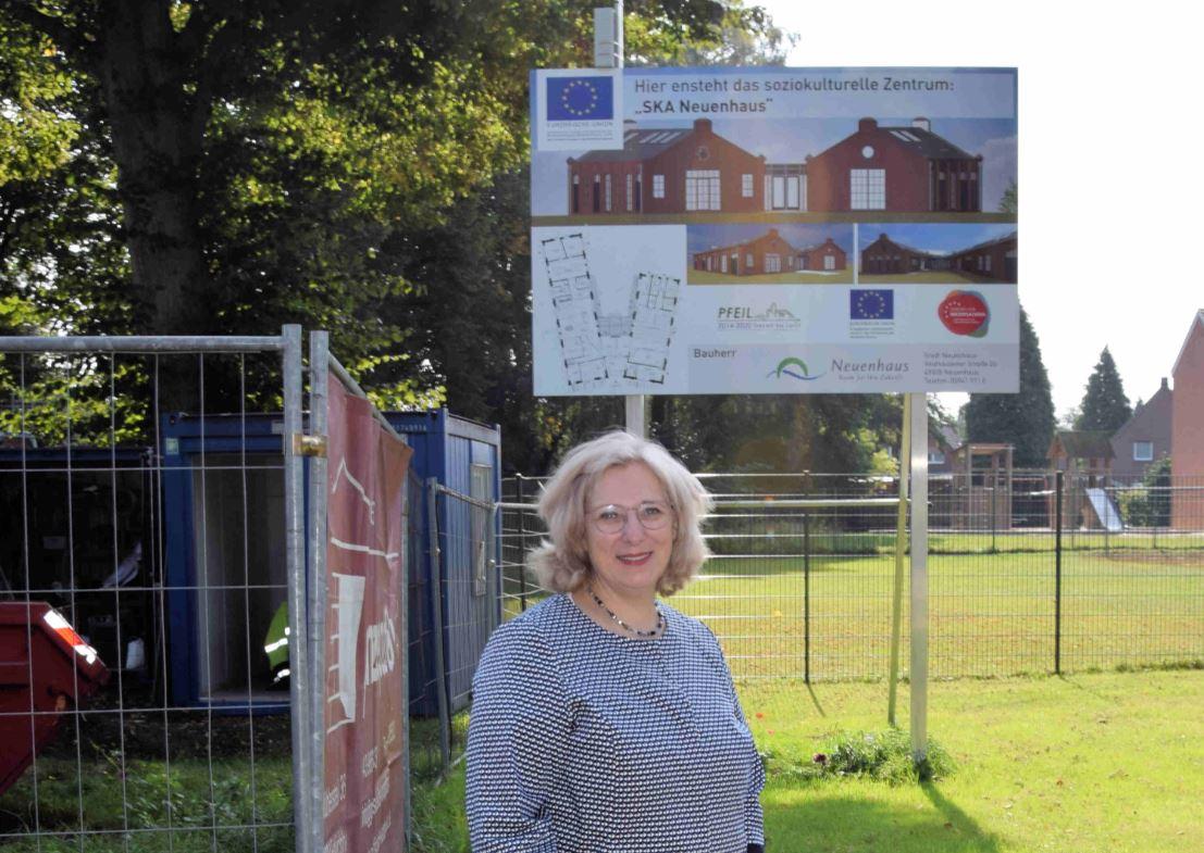 Dr. Daniela De Ridder vor der Baustelle des neuen Soziokulturellen Zentrums in Neuenhaus