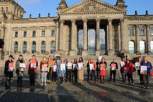 SPD-Bundestagsabgeordnete mit Swjatlana Zichanouskaja und Motiven belarussischer Oppositioneller