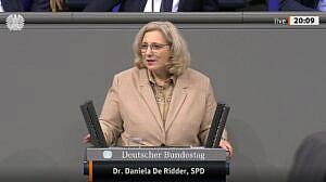 Dr. Daniela De Ridder spricht im Plenum zur Forderung der Etablierung eines nationalen Sicherheitsrates