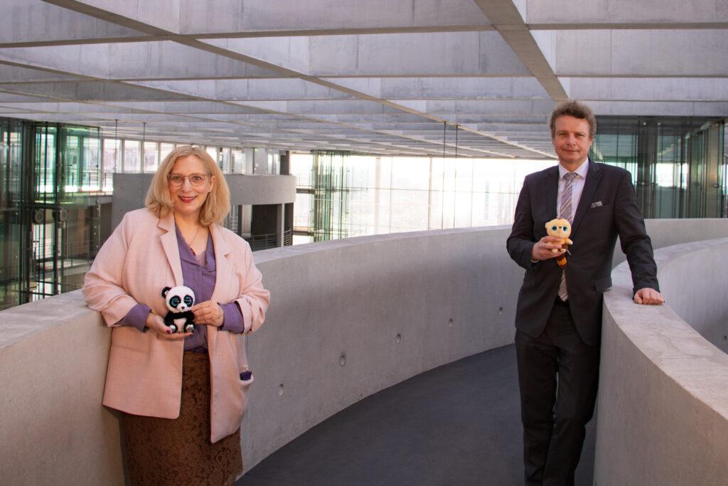 Dr. Daniela De Ridder und Jens Beeck bei gemeinsamer Aktion für die Kinder der belarussischen Opposition